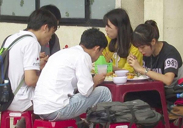 Nhiều người dân và sinh viên nghèo đến đây ăn cơm