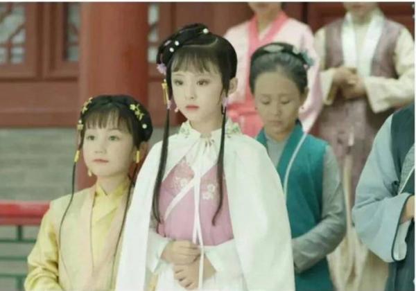 Nữ chính Lâm Đại Ngọc do diễn viên 9 tuổi Chu Dạng Nguyệt đóng.
