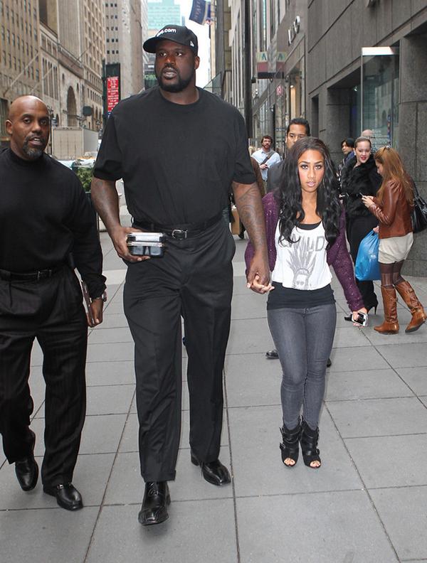 Đây có lẽ mới là cặp đôi khổng lồ - tí hon chênh lệch nhất. Cầu thủ bóng rổ Shaquille O'Neal cao 2m16, còn nhà sản xuất phim Nicole Alexander chỉ cao 1m57.