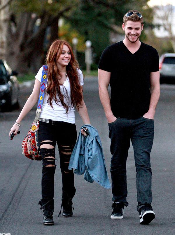 Liam Hemsworth vốn nổi tiếng cao kều trong giới diễn viên Hollywood với chiều cao 1m91, trong khi Miley Cyrus cao 1m65, không thấp nhưng lại quá nhỏ bé so với chàng người yêu.
