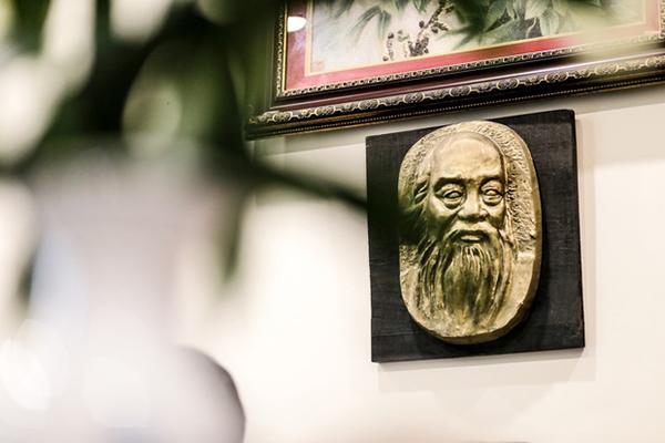 Bức tượng gương mặt thầy Cương trong phòng làm việc của cô Thùy Dương - con gái thầy