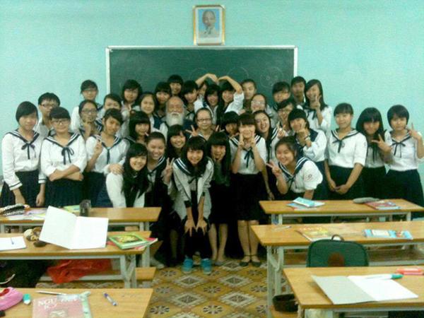 Thầy Văn Như Cương chụp hình cùng các bạn học sinh.